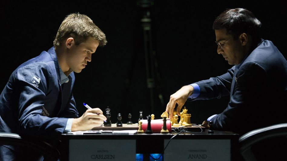 Weltmeister Carlsen (l.), Herausforderer Anand: Duell in Sotschi