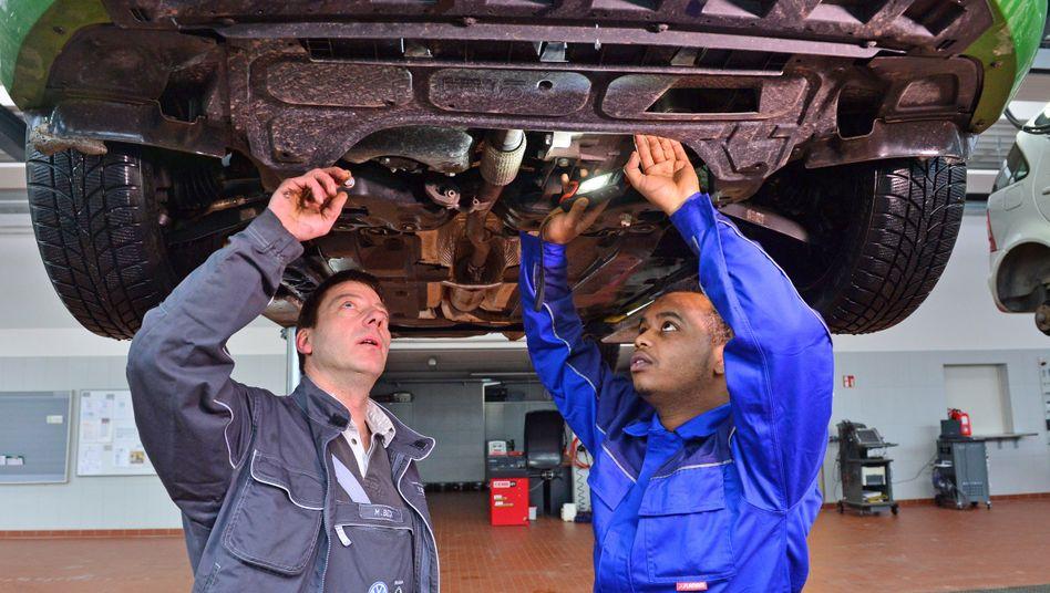 Ausbildung in Autowerkstatt (Archivbild)