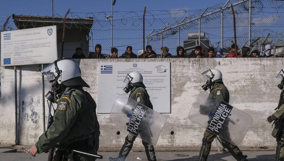 Flüchtlinge hinter dicken Mauern: Griechische Polizisten vor dem Flüchtlingscamp Moria auf Lesbos, das offene Lager wird bald durch ein geschlossenes ersetzt.