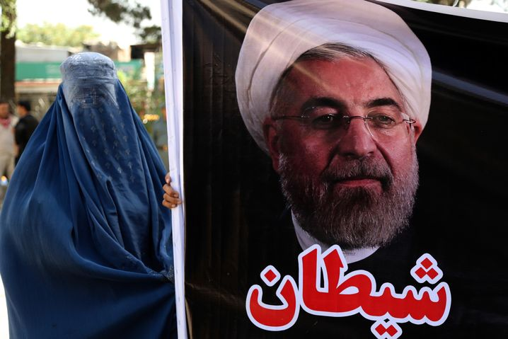 "Frau in Afghanistan mit ""Satan""-Protestplakat gegen Rohani"