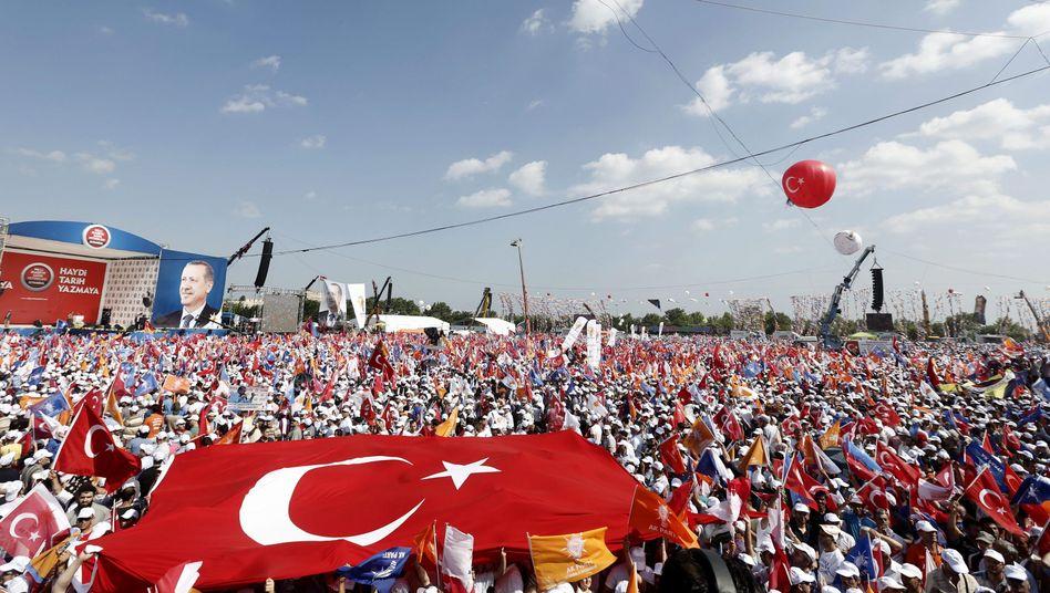 Istanbul: Unterstützer der AKP feiern Erdogan
