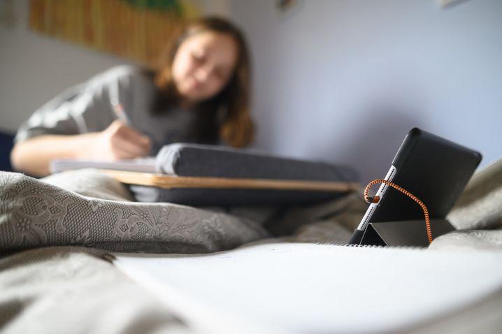 Schülerin mit Tablet in Baden-Württemberg: Längst nicht alle Kinder sind so gut für digitales Lernen ausgerüstet