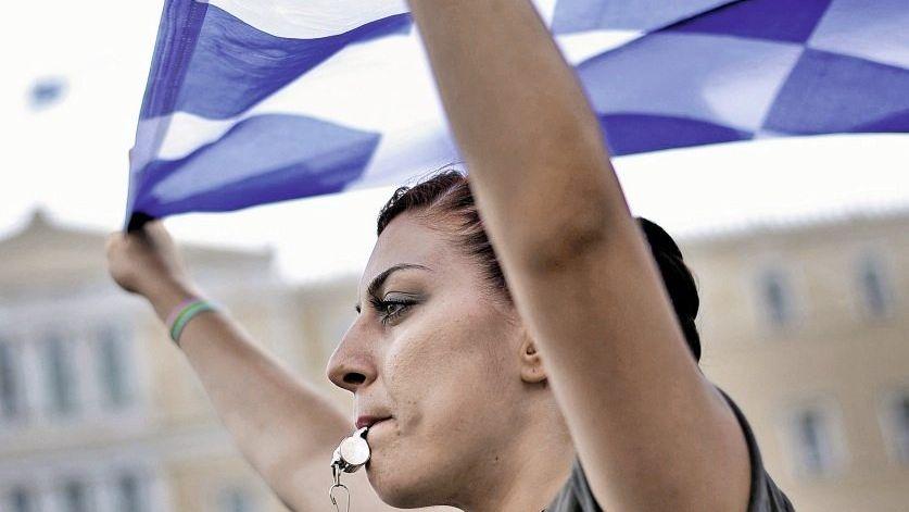 Demonstrantin vor dem griechischen Parlament in Athen