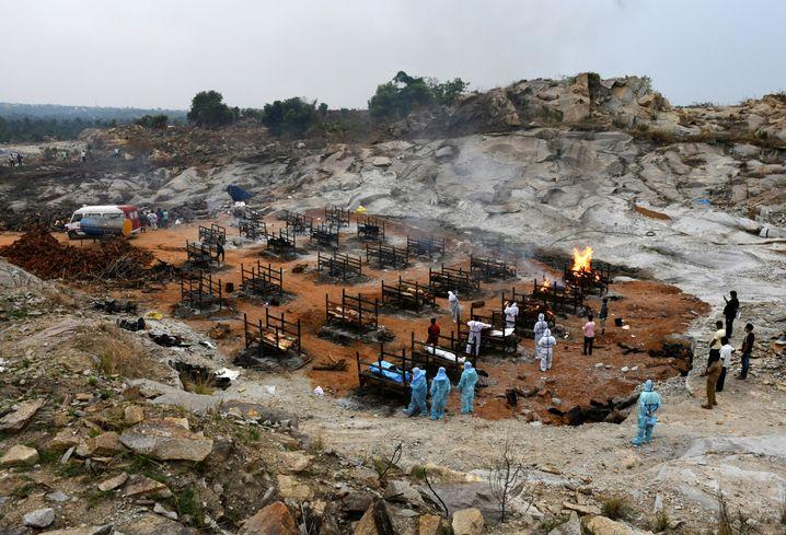 Verbrennung von Covid-19-Toten am Stadtrand von Bengaluru