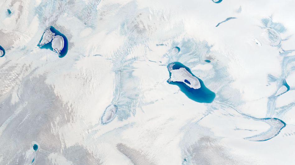 Pfützen im Grönlandeis: Milliarden Tonnen Schmelzwasser strömten Ende Juli in den Atlantik