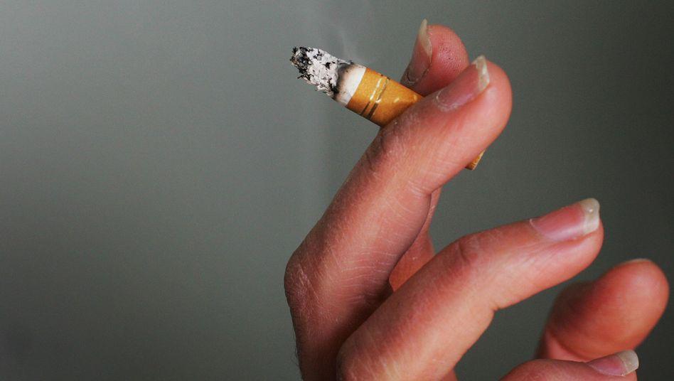 Ausgeraucht: Rauchverbote an vielen Orten, Aufklärungskampagnen und Schockbilder helfen beim Zurückdrängen des Zigarettenkonsums