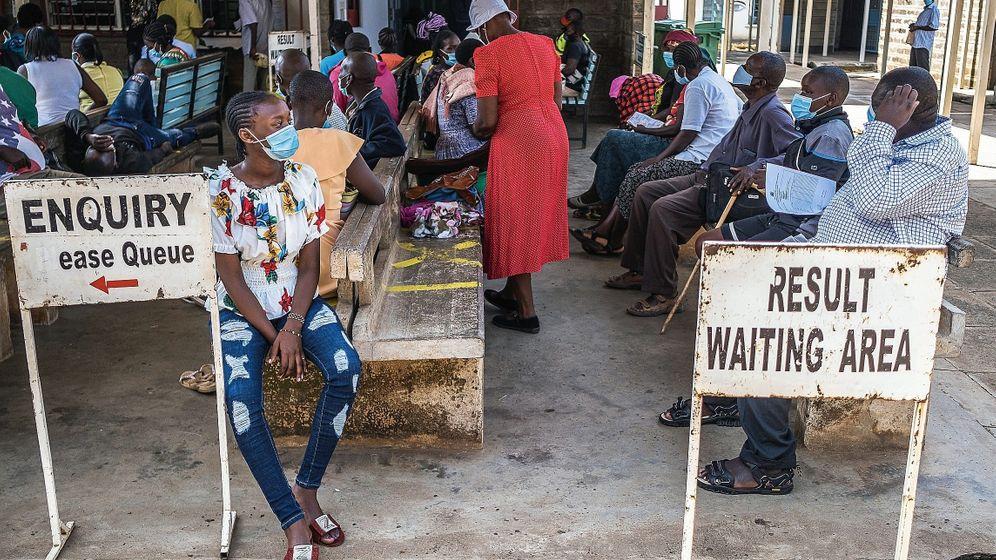 Wartende vor Covid-19-Teststation in Kenia: 75 Prozent aller Vakzinen wurden bisher in nur zehn Ländern verimpft