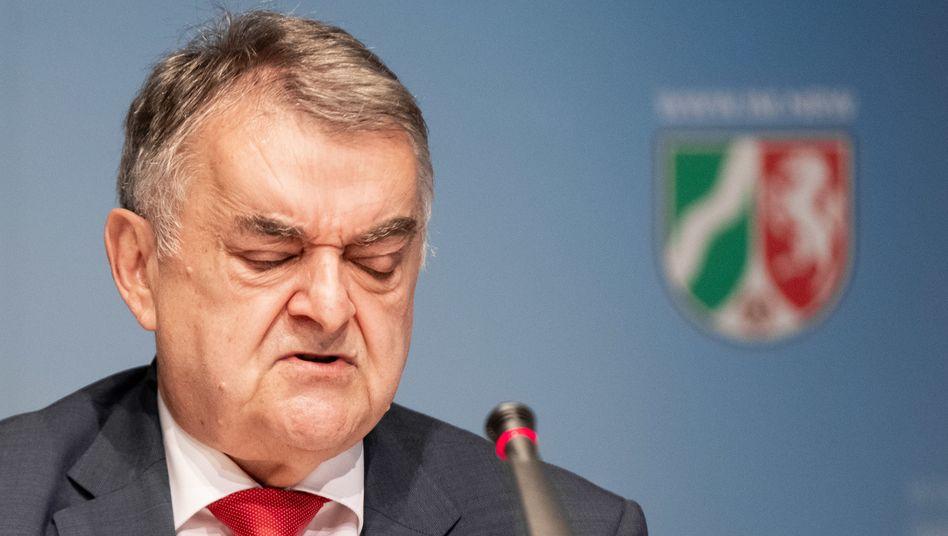 """""""Individuelle Prüfung"""": NRW-Innenminister Herbert Reul spricht bei einer Pressekonferenz über die aufgedeckten rechtsextremen Chat-Gruppen innerhalb der Polizei"""