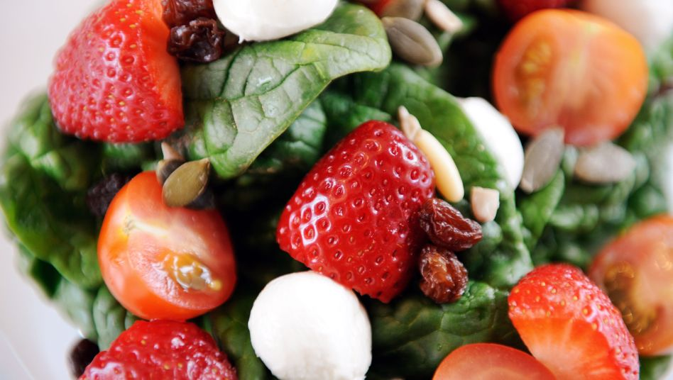 """Bunter Salat mit Erdbeeren: """"Uninspiriert zusammengestellte Rohkostindividuen, die es vermutlich auf keine einzige Karte eines deutschen Sternerestaurants geschafft haben"""""""