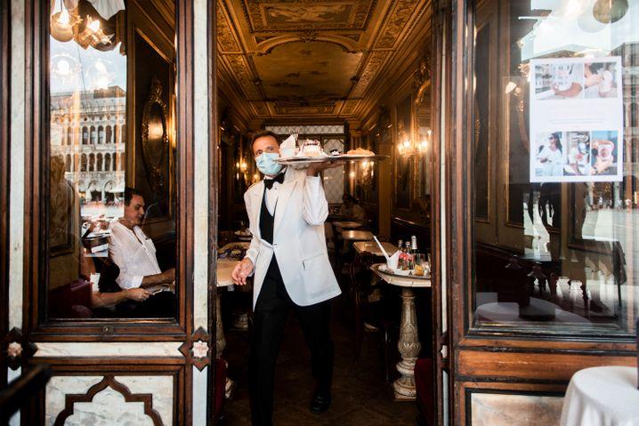 Kellner im Caffè Florian am Markusplatz, Venedig: Cappuccino für 10,50 Euro