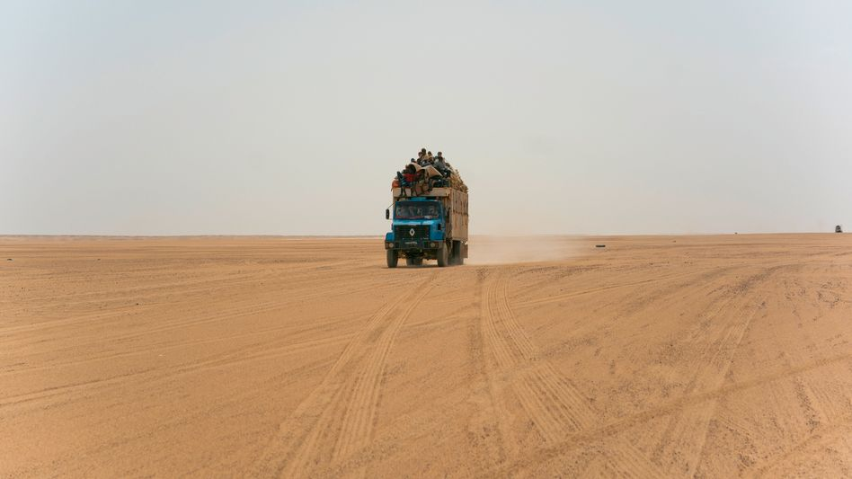 Ein Truck in der Wüste in Niger