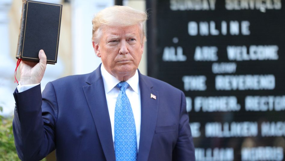 Trump mit Bibel: Fototermin vor St. John's