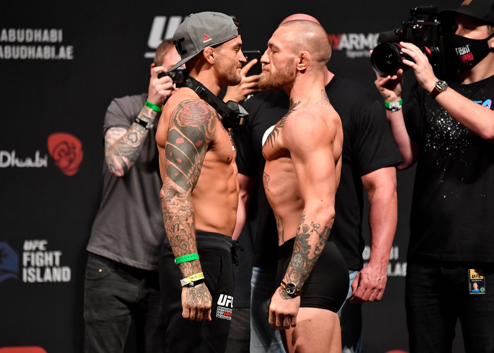 UFC, Wiegetermin in Abu Dhabi 210122 In this handout photo from Zuffa LLC Dustin Poirier and Conor McGregor face off dur