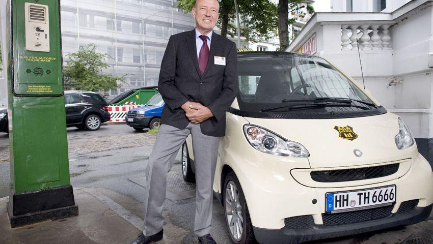 Zumindest optisch startklar: Jürgen Krause mit seinem Smart-Taxi