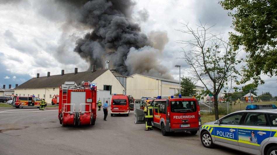Rauchwolken über der Anlage: Die Ursache für den Ausbruch des Feuers ist noch unklar
