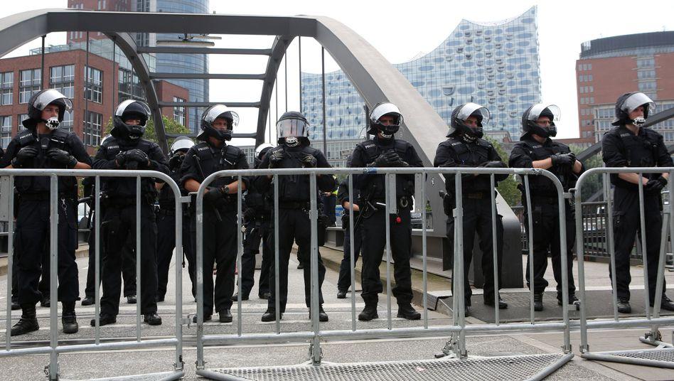 Polizisten vor der Elbphilharmonie in Hamburg