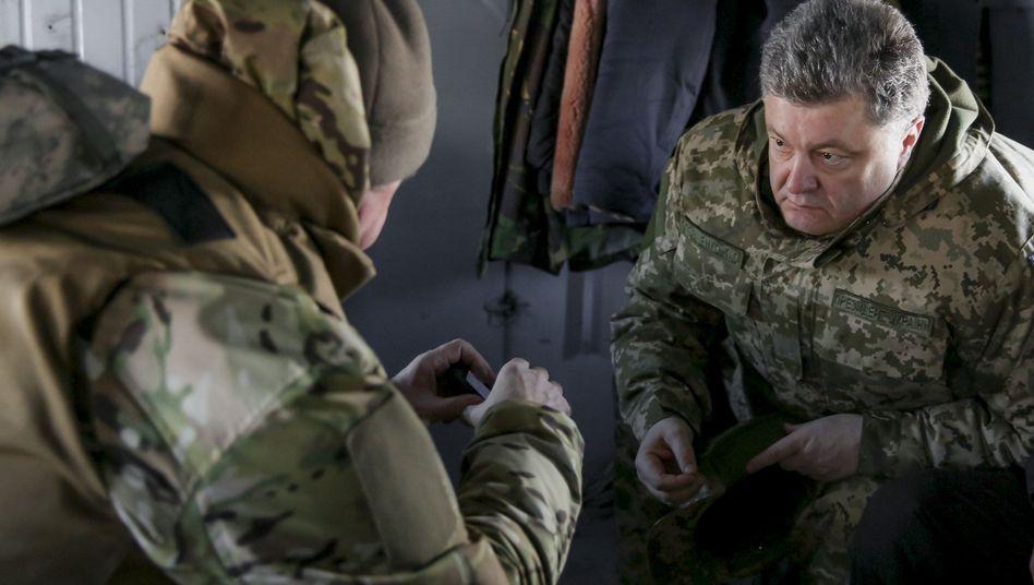 Zu Besuch an der Front: Ukraines Präsident Petro Poroschenko