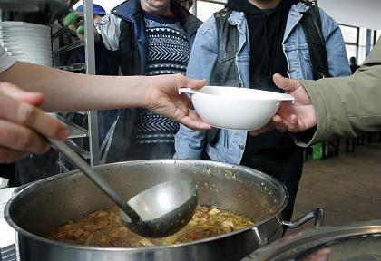 Suppenküche in Berlin: Das Armutsrisiko würde durch eine Erhöhung von Hartz IV sinken