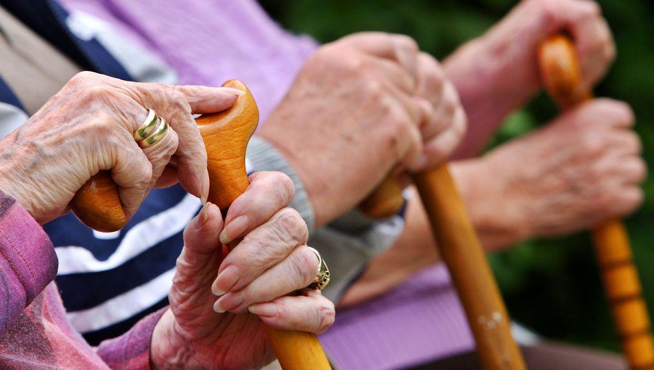Senioren mit Gehstöcken: Streit um drei Tassen Cappuccino