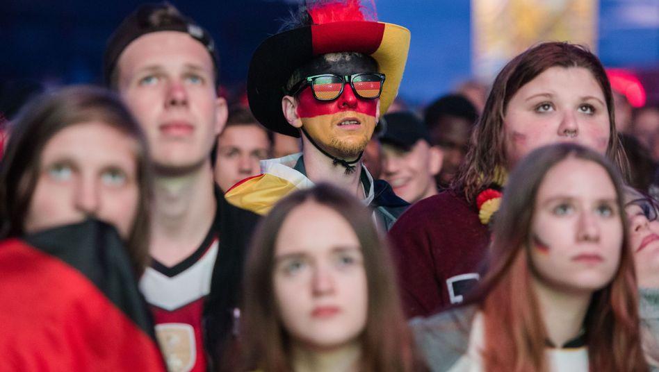 Bangende Fußballfans in Hamburg