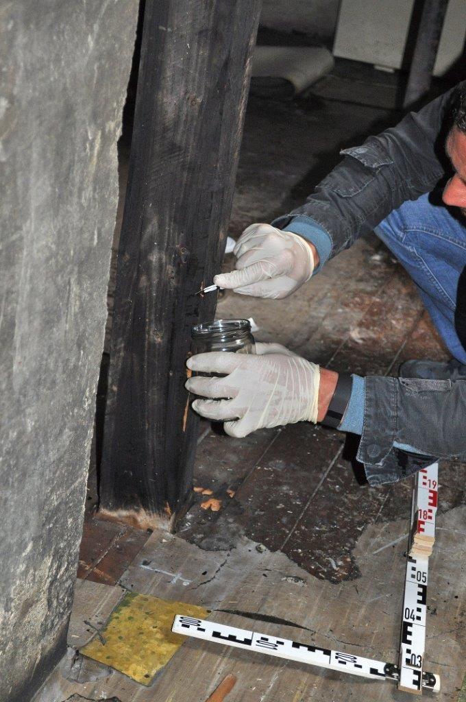 Ermittler im Mehrfamilienhaus: Spurensicherung am Brandort