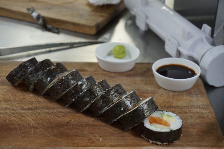 Rolle aus der Sushi-Bazooka: Praktische Küchenhilfe