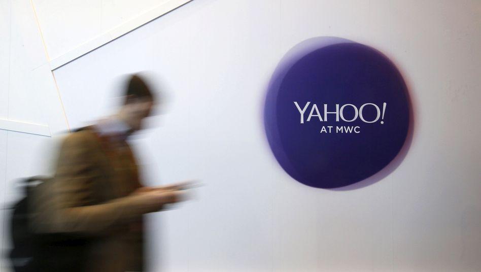 Mann vor Yahoo-Logo