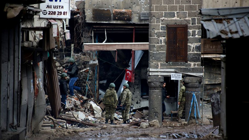 Türkische Sicherheitskräfte im Bezirk Sur in Diyarbakir