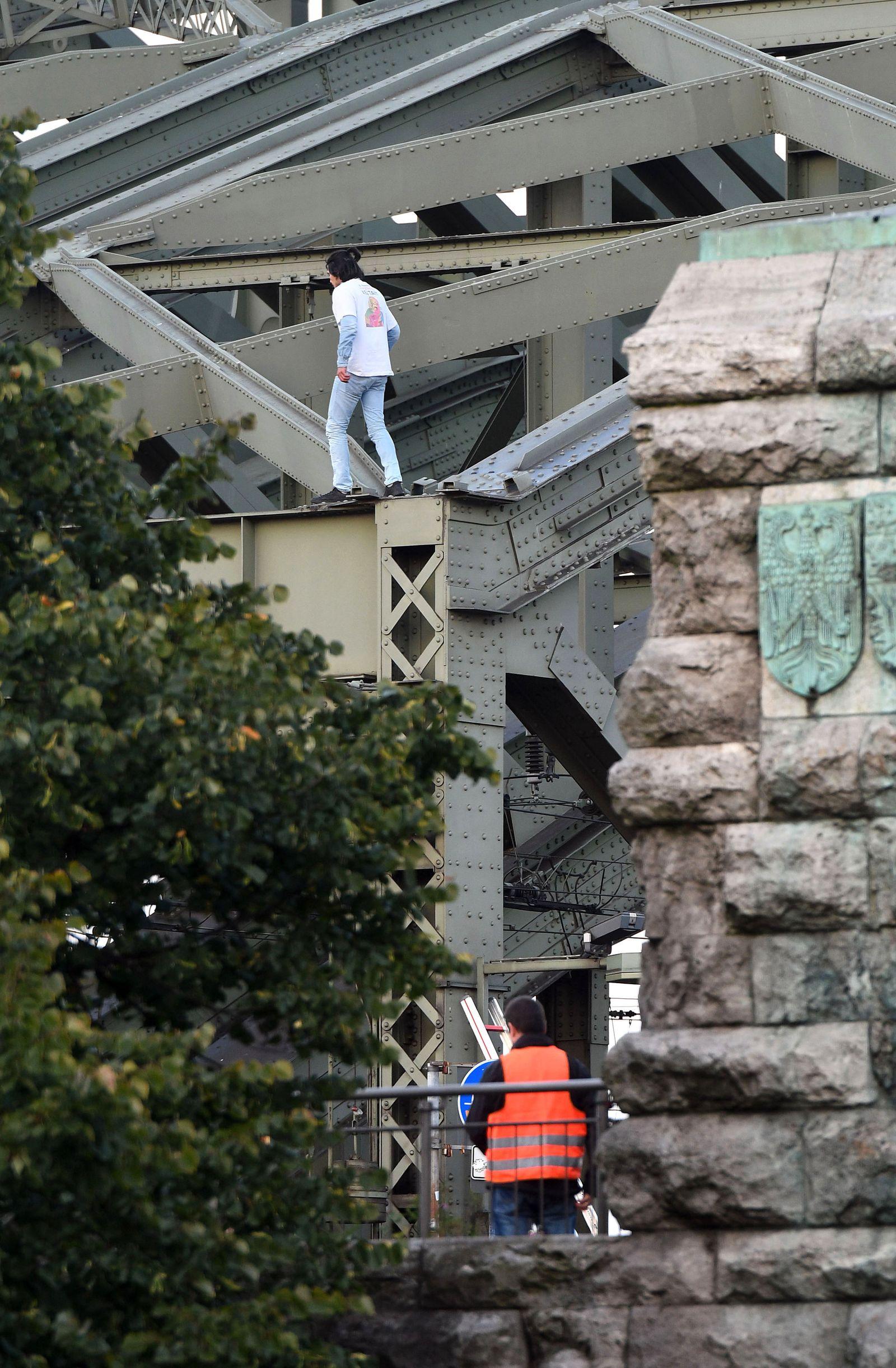 Mann auf Hohenzollernbrücke