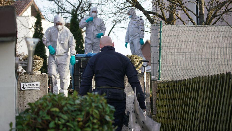 Einsatzkräfte am Tatort in Rechberghausen: Tödliche Attacke