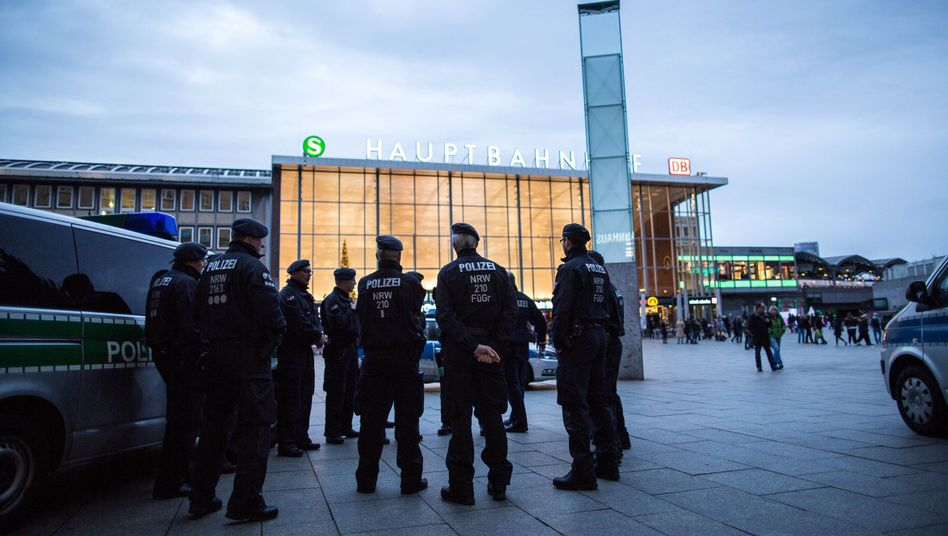 """Polizei am Kölner Hauptbahnhof (Archivaufnahme): """"Kein einheitliches Bild der Lage"""""""