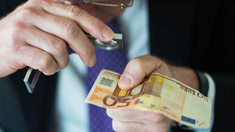 Ist der echt? Prüfung eines 50-Euro-Scheins (Archiv)