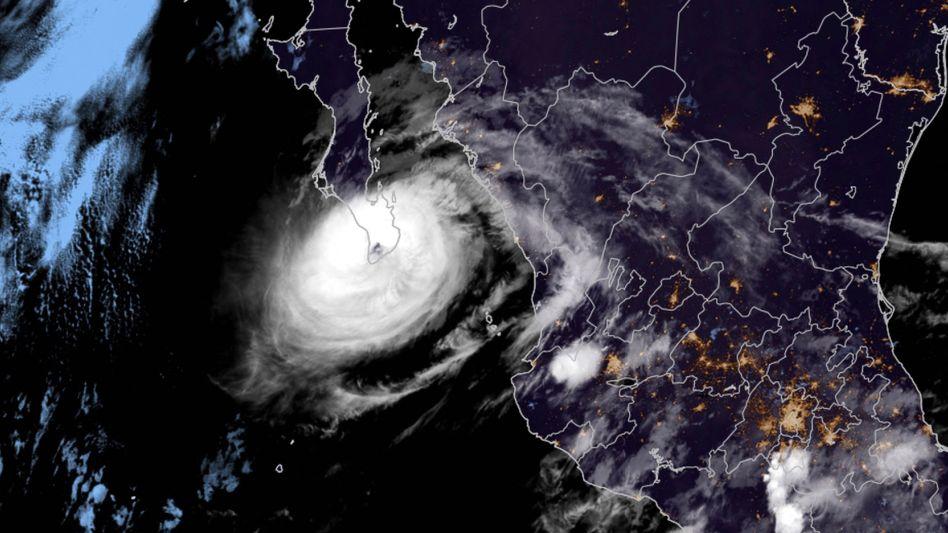 Satellitenaufnahmen von Hurrikan »Olaf«