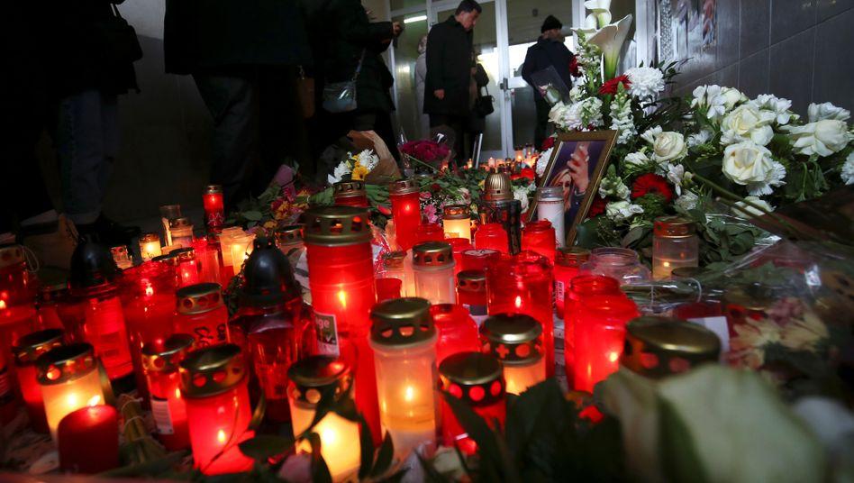 Kerzen und Blumen in der Nähe des Tatorts in Hanau