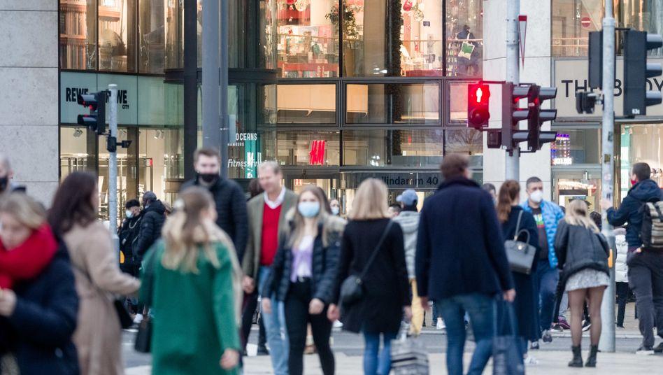 Fußgänger mit und ohne Masken während der Corona-Pandemie in der Hamburger Innenstadt