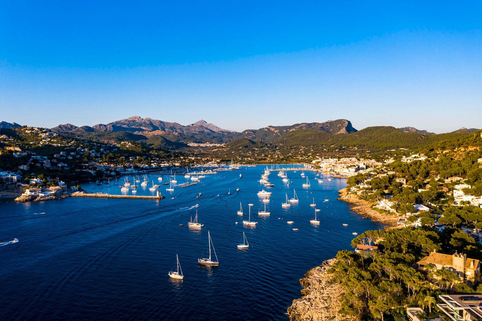 Luftaufnahme, Andratx, Port d'Andratx, Küste und Naturhafen in der Dämmerung, Malloca, Balearen, Spanien, Europa