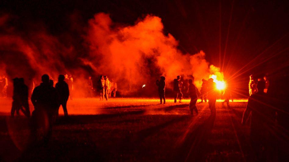Gewaltausbruch nach illegalem Rave: Die Polizei setzte Tränengas ein, Partygäste warfen Molotowcocktails