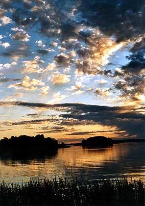 Die Sonne versteckt sich hinter den Wolken - richtig dunkel wird es in der finnischen Mittsommernacht nicht