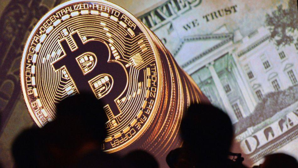 Abbildung von Bitcoins und einer Dollar-Note in Singapur