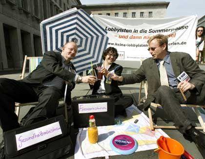 """LobbyControl-Protest (in Berlin): """"Diese Art von Leihbeamten muss da raus"""""""