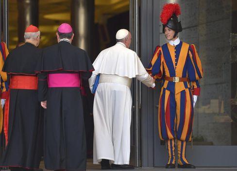 """Nicht ganz auf Linie: Papst Franziskus sagt """"Hallo"""""""