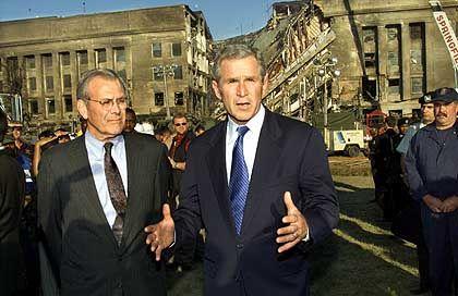 George Bush vor dem zerstörten Pentagon