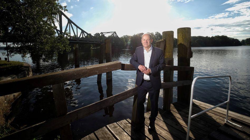 Olaf Scholz an der Glienicker Brücke in Potsdam: Seit der Minister eingezogen ist, fühlen sich die Nachbarn nicht mehr wohl
