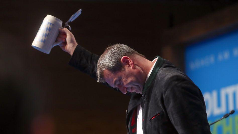 """CSU-Chef Markus Söder mit Bierkrug in Passau: """"Mein Platz ist hier, in Passau, in Bayern und nicht in Berlin"""""""