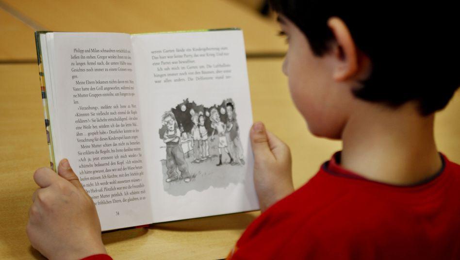 Ein Schüler der vierten Klasse beim Lesen
