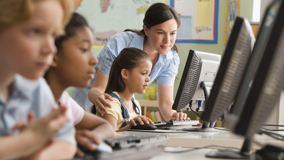 Schülerinnen und Lehrerin vor dem Rechner: Die Benachteiligung von Frauen und Mädchen im Internet bedroht den Fortschritt, sagt WWW-Erfinder Tim Berners-Lee
