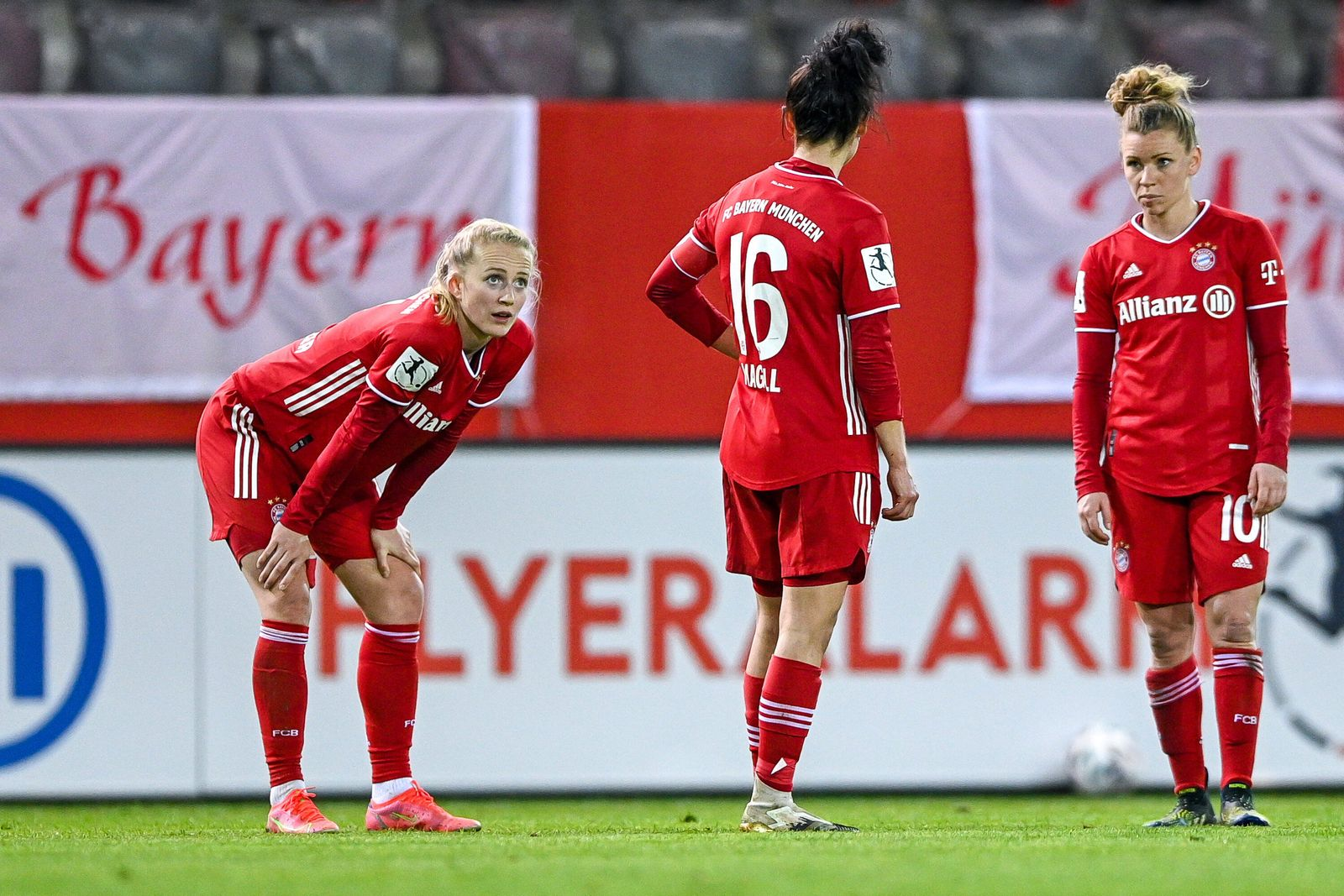 v.li.: Lea Schüller (FC Bayern München, FCB, 11) Lina Maria Magull (FC Bayern München, FCB, 16) Linda Dallmann (FC Baye