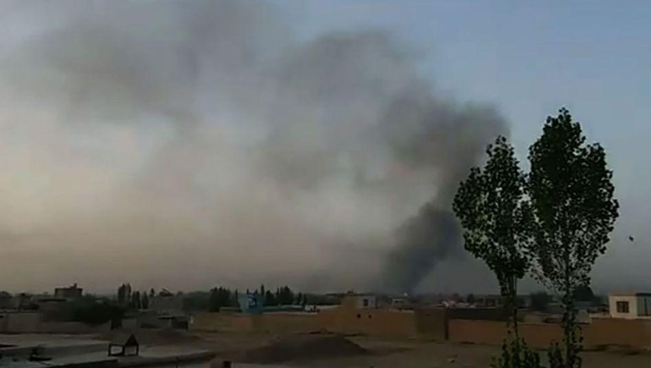 Rauch über Gebäude in Gasni (TV-Bild)
