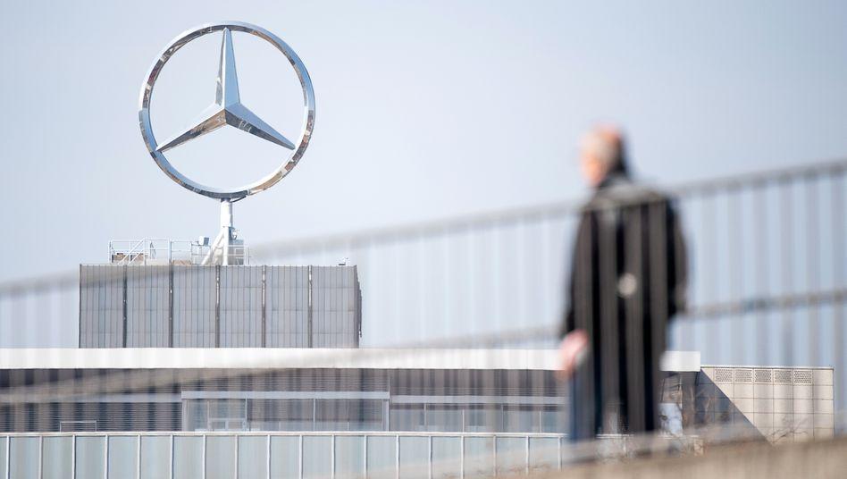 Daimler-Mitarbeiter vor dem Werk in Untertürkheim: Tiefrote Zahlen