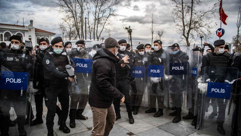 Polizeieinsatz in Istanbul: Wieder werden zahlreiche Menschen festgenommen